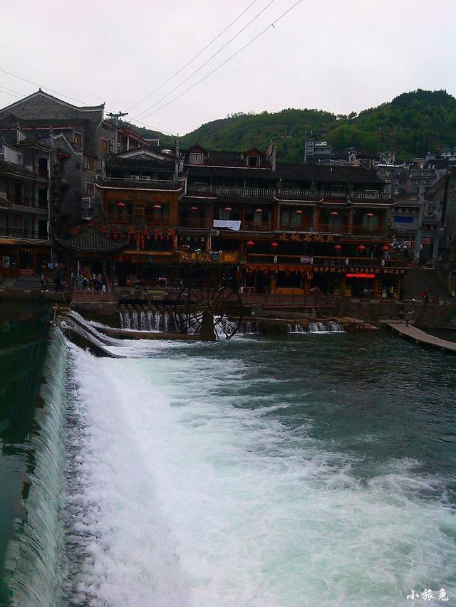 凤凰的夜生活很丰富,江边许多酒吧.